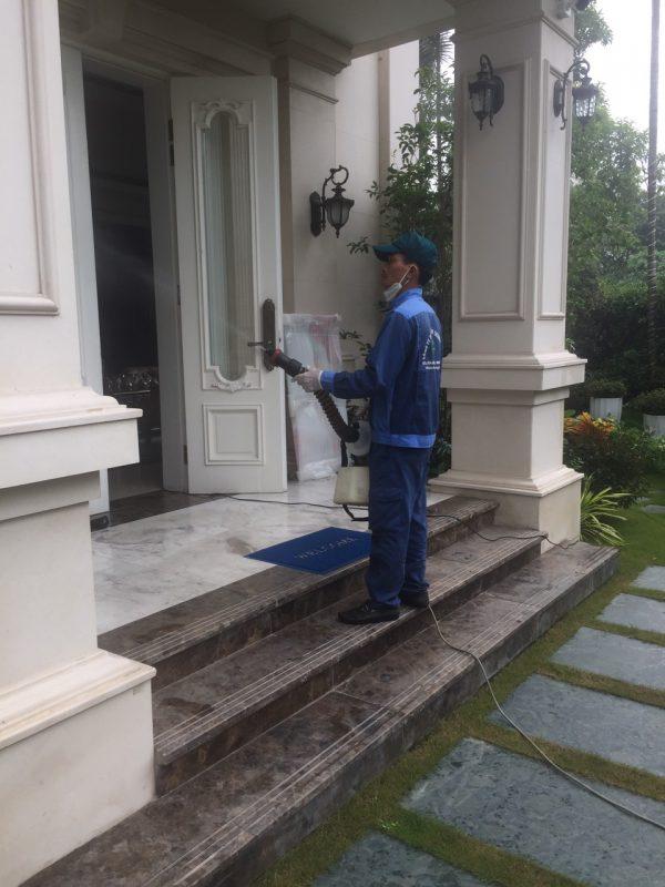 Phun thuốc diệt muỗi cho biệt thự nhà chị Hiền KĐT Giputra